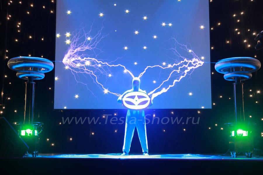 Электрическое Тесла Шоу с логотипом компании